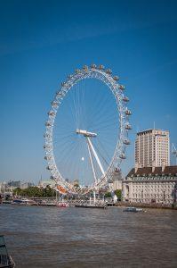 Blick von der Westminster Bridge über die Themse zum London Eye